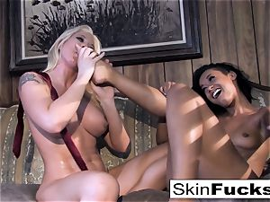 Skin's lesbo Dr. Who ass-fuck with Leya