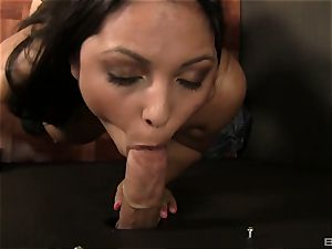 Adriana Luna gives a deep throat to a trunk in a fuck-hole