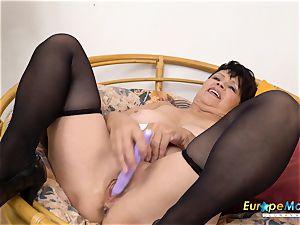 EuropeMaturE Libi tempting Solo Striptease vid