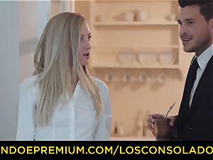 LOS CONSOLADORES - bouncy butt woman fucks bf and gf
