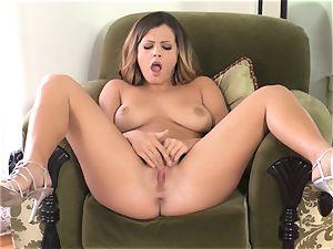 Keisha Grey manipulates her mild raw coochie